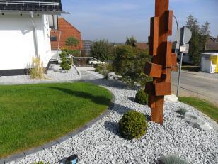 architektonisch-moderner-garten-mit-pflanzen-von-garterra-1