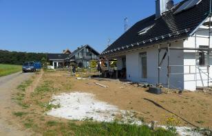 Hausgarten während gartenbauprojekt