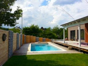 Terasse Pool und Sichtschutz