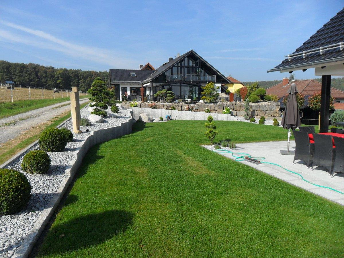 Moderner Garten Mit Viel Wiese