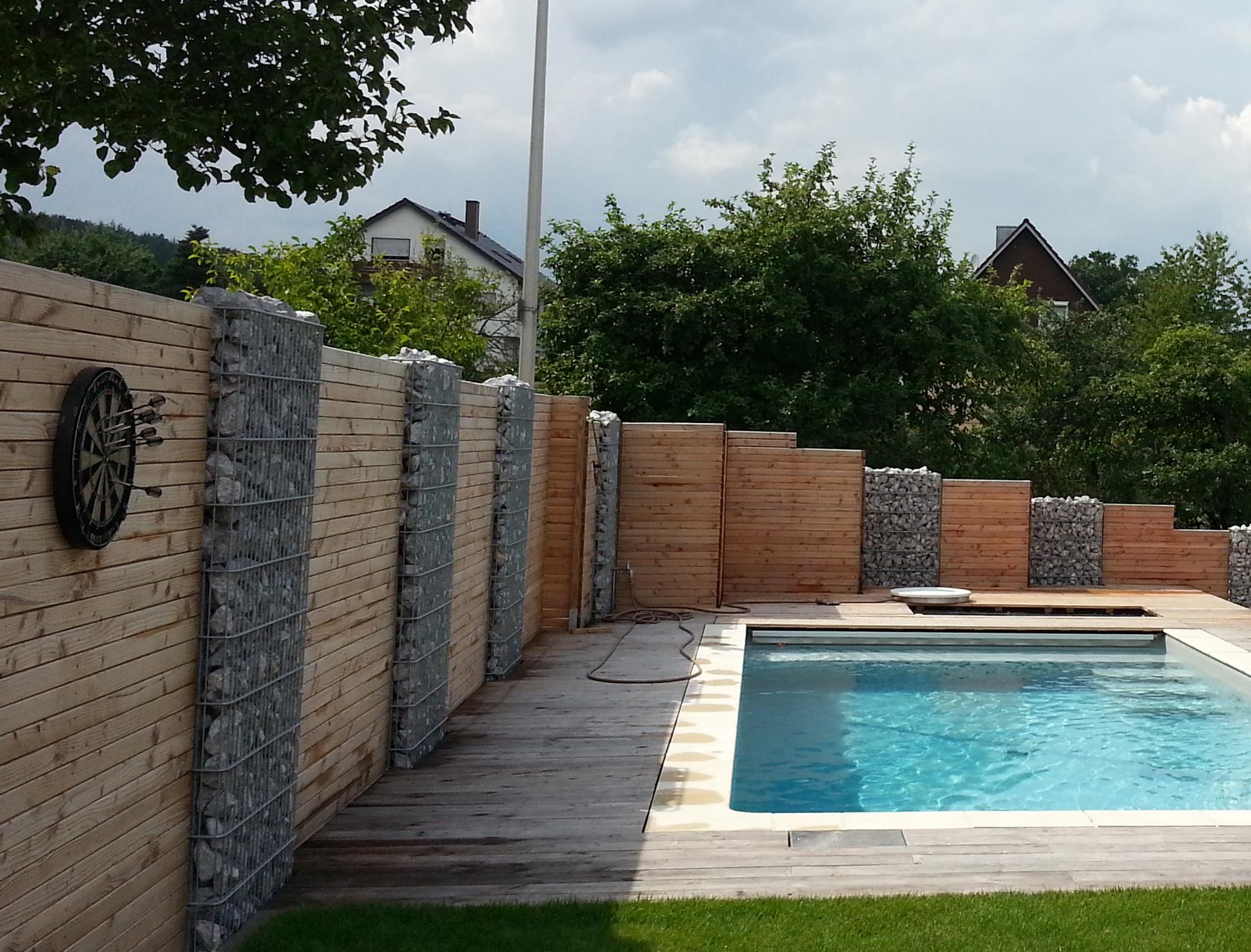 Pool Und Sichtschutz Aus Holz Und Stein