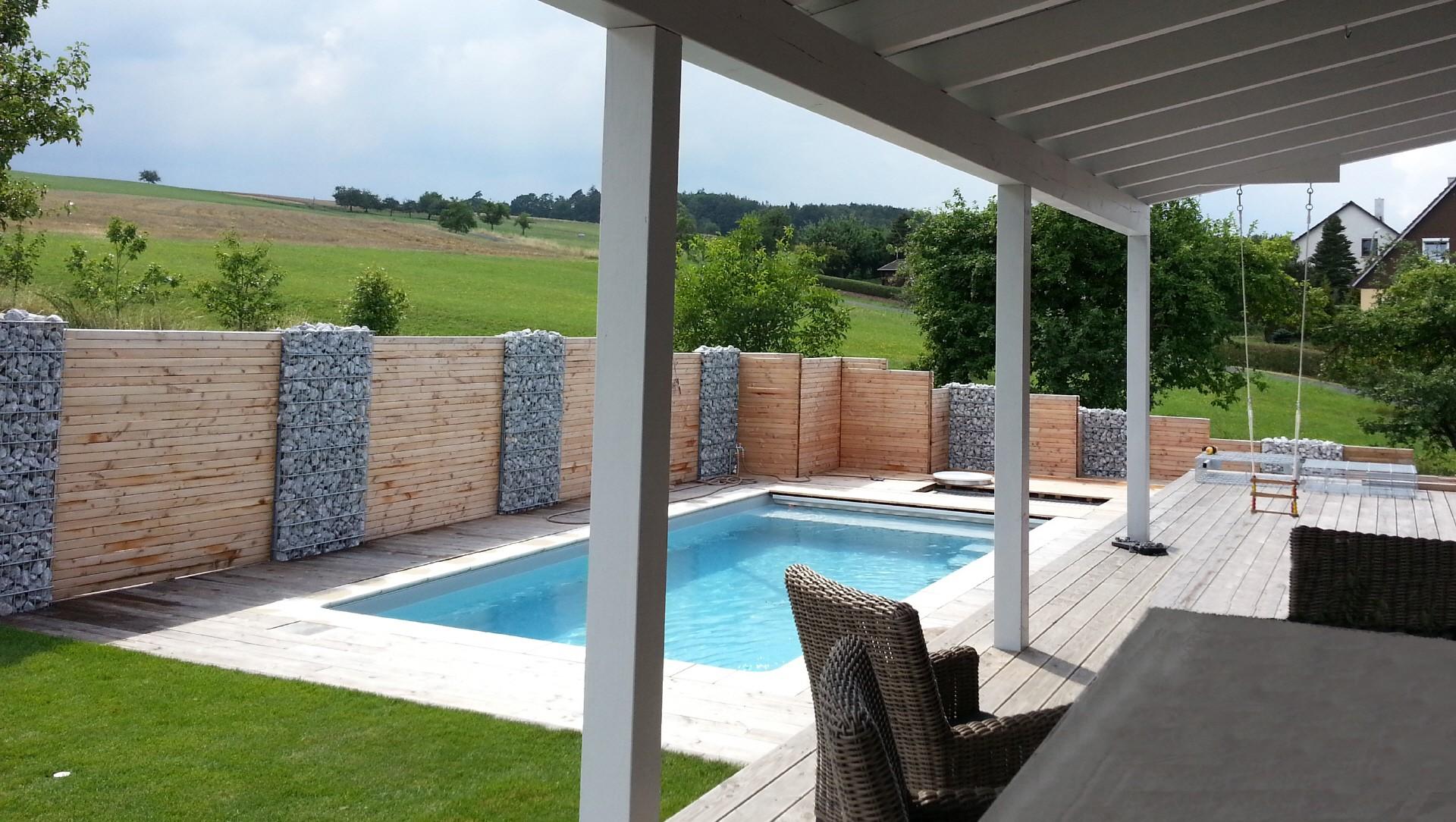 Uberlegen Terasse Mit Pool Und Sichtschutz Aus Holz Und Stein